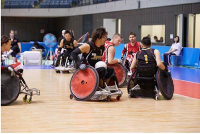 車椅子同士がぶつかり合う激しいボールの取り合い